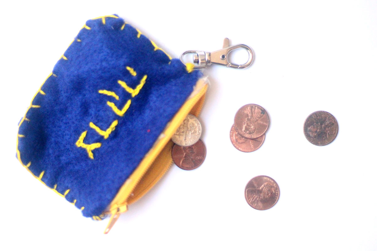 Make a DIY tzedakah pouch - an adorable Jewish kids craft that's perfect for back to school, to promote giving charity and kindness!