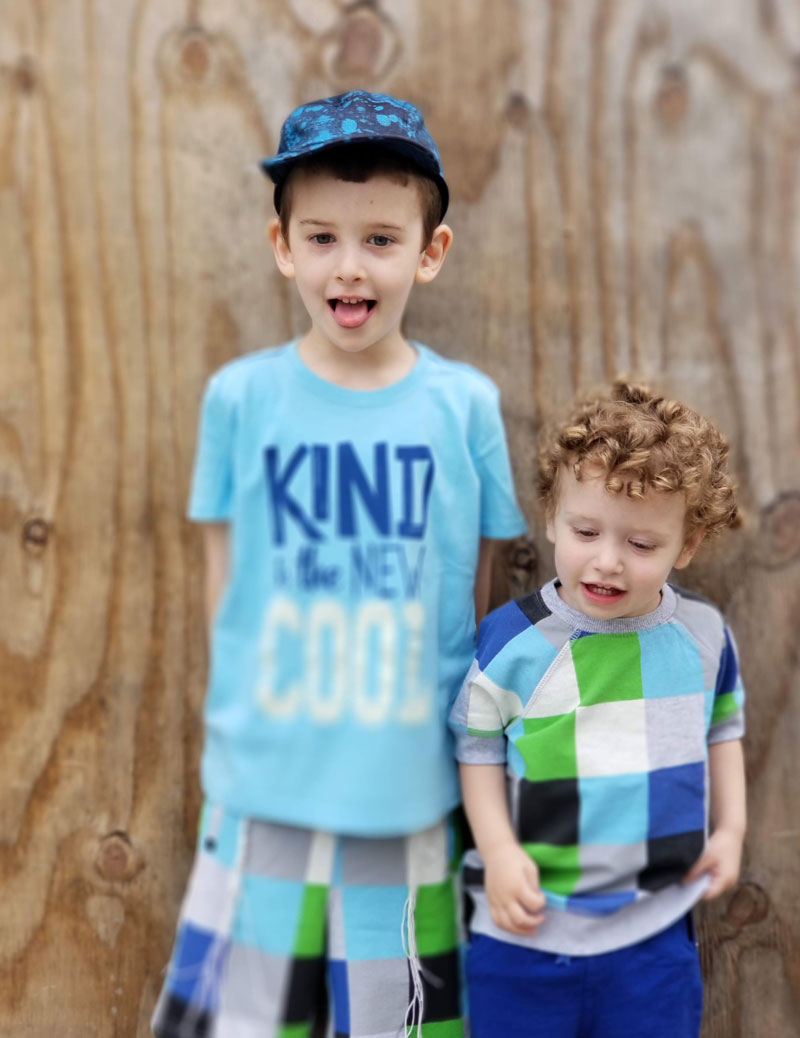 Check out these cool coordinating kids outfits - perfecty for a family photoshoot with siblings and boys!